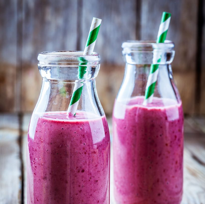 rosa smoothie i flaskor